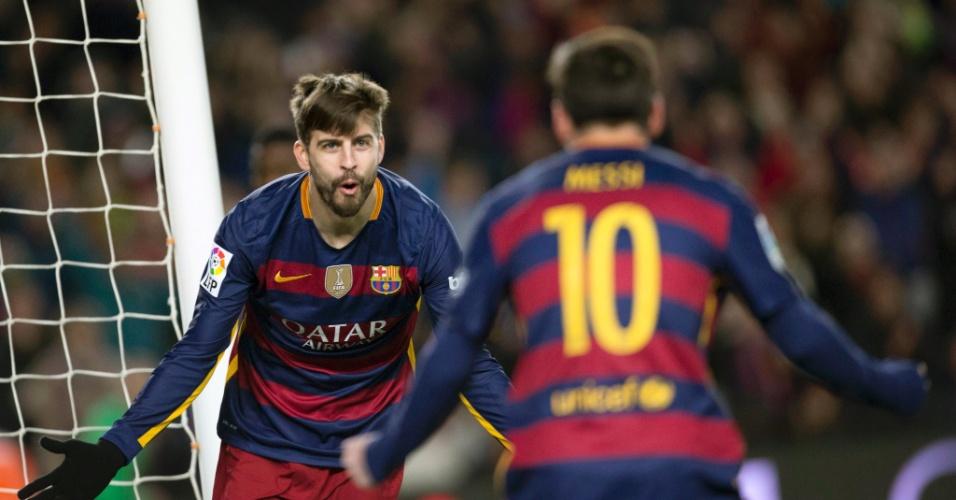 Piqué celebra com Lionel Messi após marcar o terceiro gol do Barcelona contra o Espanyol pela Copa do Rei