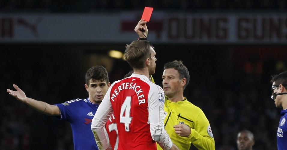 24.jan.2016 - Per Mertesacker, do Arsenal, leva o cartão vermelho e é expulso durante a partida contra o Chelsea pelo Campeonato Inglês