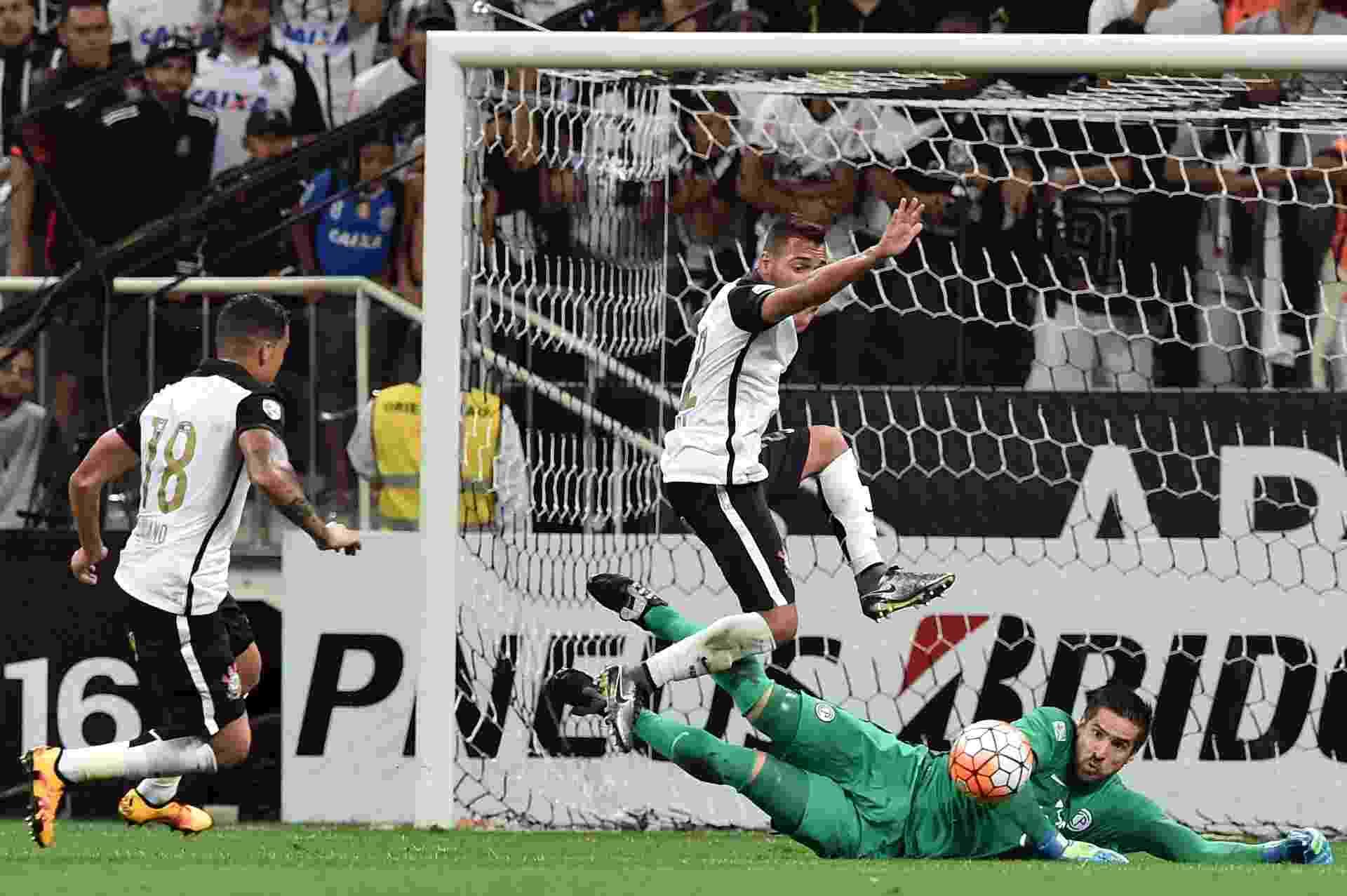 Anthony Silva se joga para fazer a defesa para o Cerro Porteño no jogo contra o Corinthians, na Libertadores - AFP PHOTO / Nelson ALMEIDA