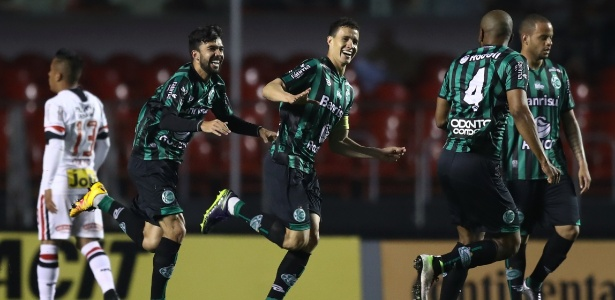 Roberto (centro) foi formado no Grêmio e está livre após boa temporada