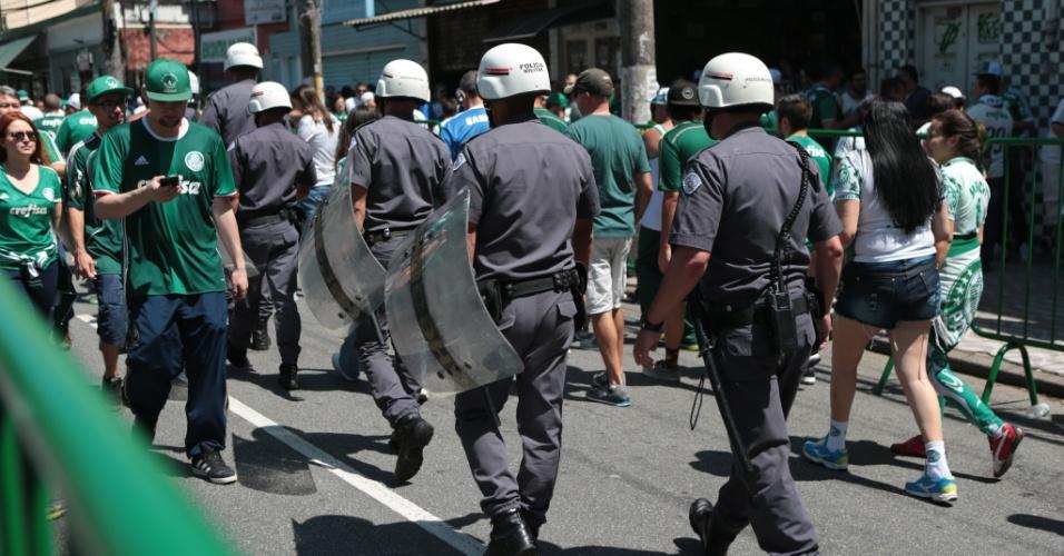 Polícia Militar observa movimentação de torcedores do Palmeiras nos arredores do Allianz Parque antes de partida contra o Botafogo