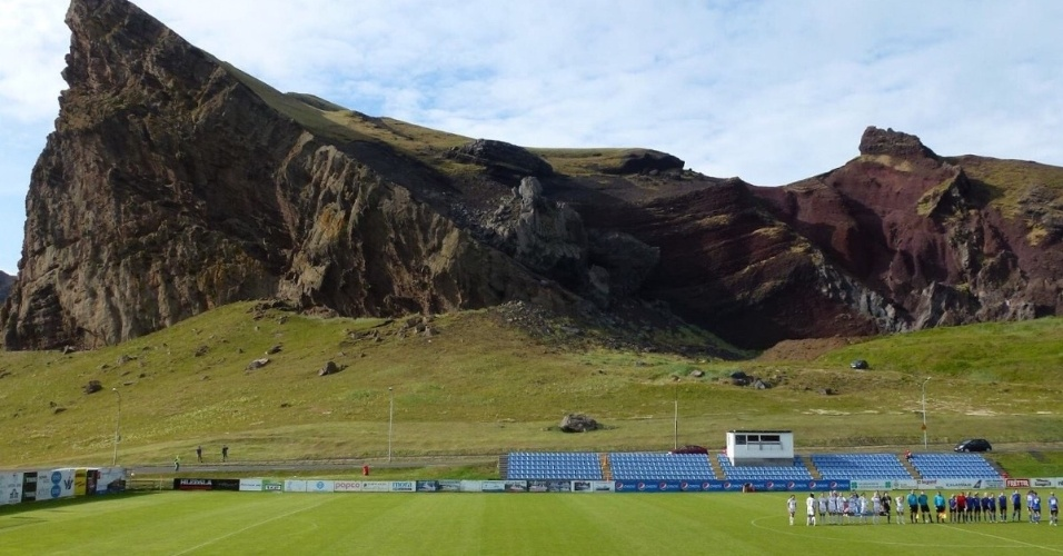 O estádio Hásteinsvöllur, na Islândia, foi inaugurado em 1912 aos pés desta formacão rochosa impressionante