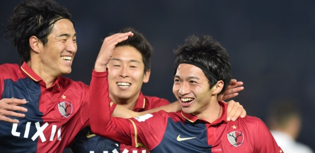 Gaku Shibasaki (dir.) comemora seu segundo gol na partida contra o Real Madrid