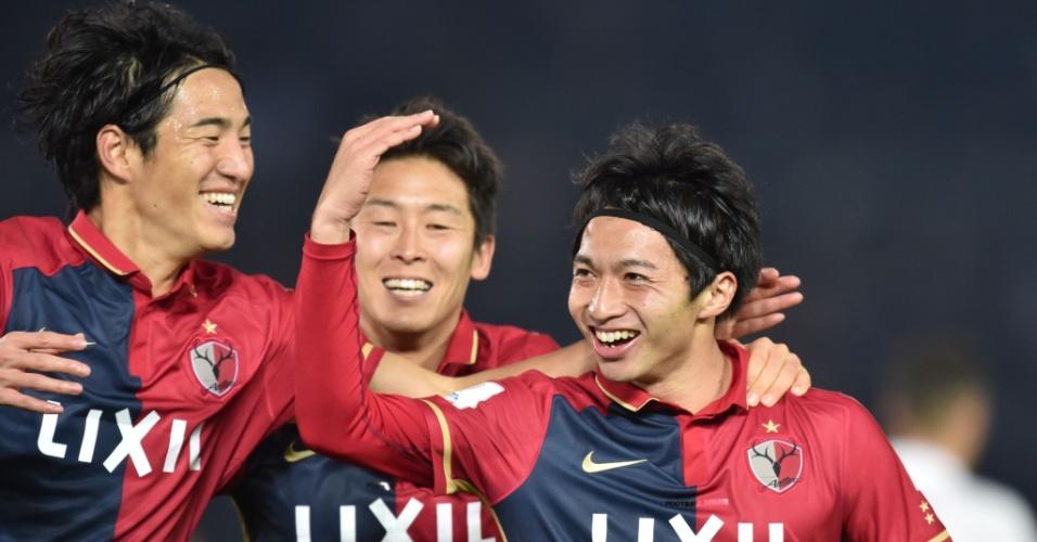 Gaku Shibasaki (dir.) comemora seu segundo gol, o da virada do Kashima Antlers sobre o Real Madrid