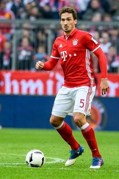 Mats Hummels, zagueiro do Bayern, domina a bola durante a partida contra o Hamburgo