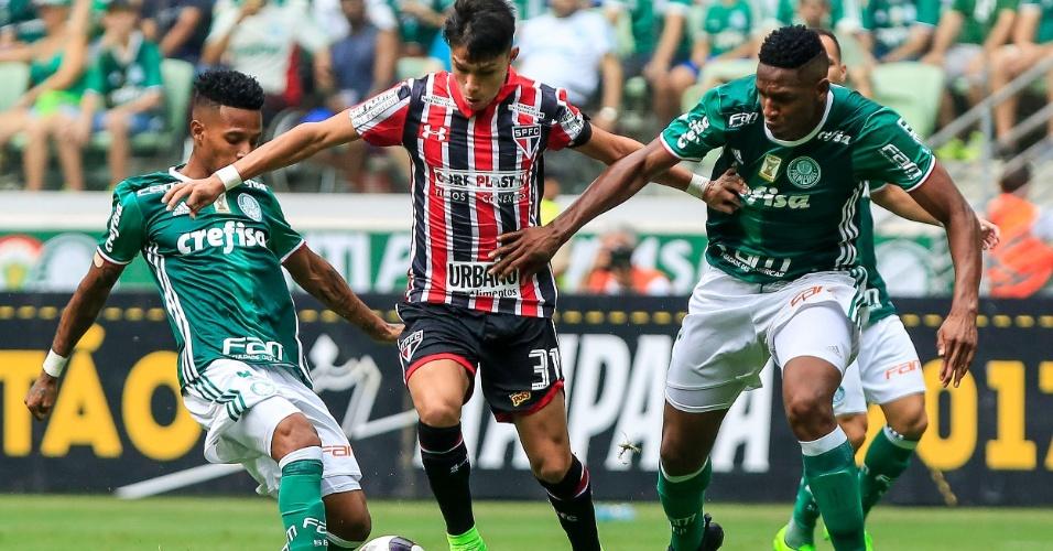 Luiz Araújo tenta escapar da marcação de Tchê Tchê e Mina