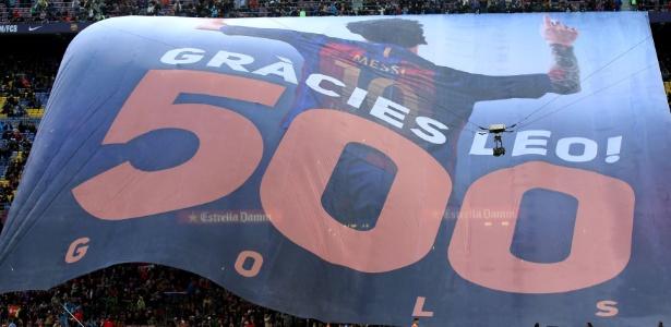 Messi ganhou um bandeirão no Camp Nou em celebração aos 500 gols marcados - Albert Gea/Reuters