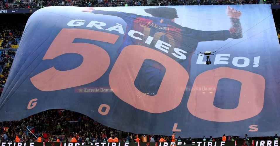Torcida do Barcelona homenageia 500 gols de Messi com bandeirão no Camp Nou