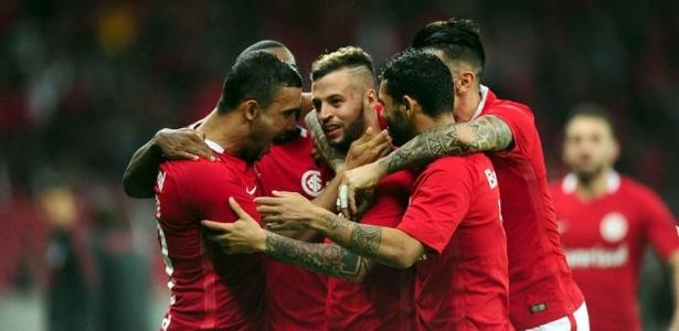 Jogadores do Internacional comemoram gol de Nico López diante do Juventude pela Série B