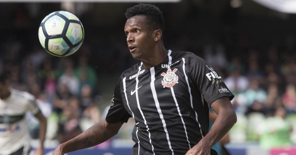 Atacante Jô em ação na partida entre Corinthians e Coritiba
