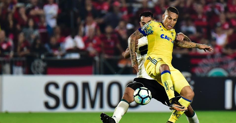 Guerrero e Luisão disputam bola em jogo entre Flamengo x Coritiba pelo Campeonato Brasileiro