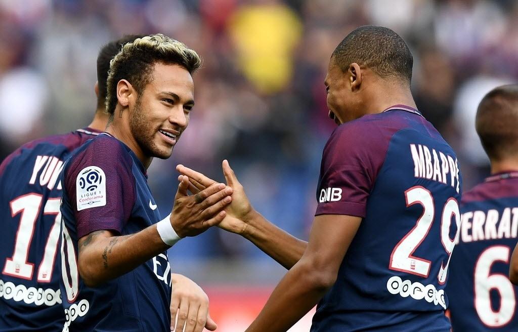 Neymar e Mbappé se cumprimentam após golaço do atacante brasiileiro
