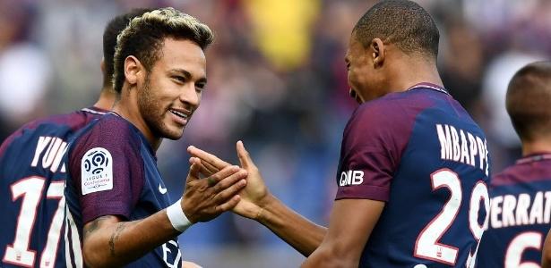Neymar comemora com Mbappé após marcar pelo PSG contra o Bourdeaux