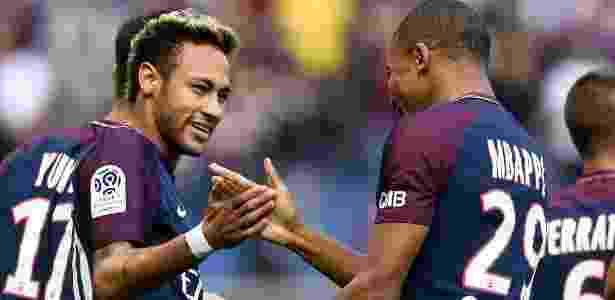 Neymar e Mbappé se cumprimentam após golaço do atacante brasiileiro - AFP