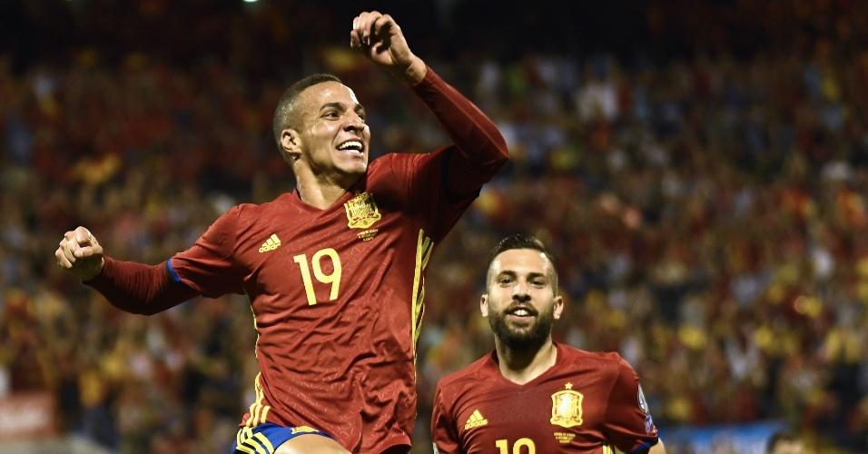 Brasileiro Rodrigo comemora seu primeiro gol pela Espanha