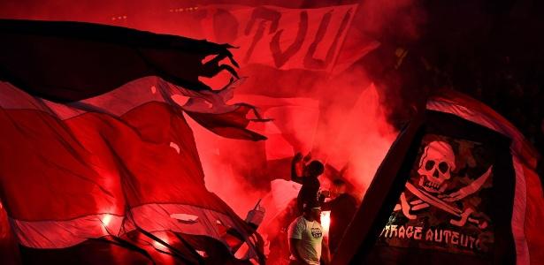 Torcida do Paris Saint-Germain acendeu sinalizadores em jogo contra o Nice - FRANCK FIFE/AFP