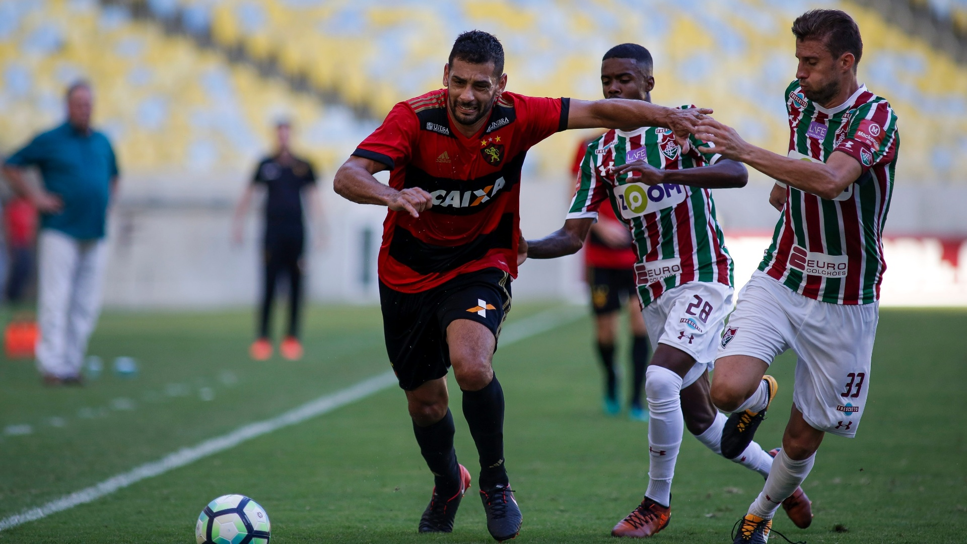 Diego Souza protege a bola de Henrique durante o jogo entre Fluminense e Sport