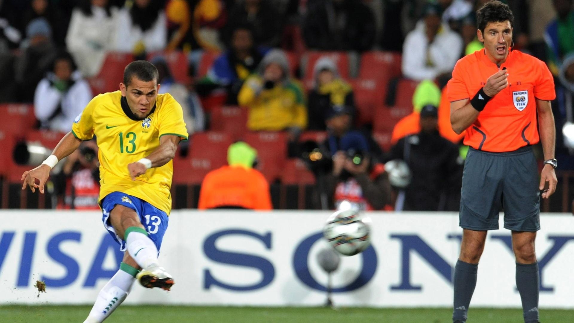 De falta, Daniel Alves faz gol da vitória do Brasil sobre a África do SUl na Copa das Confederações de 2009
