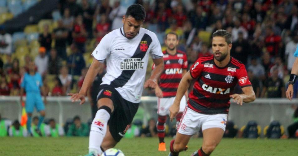 Andrés Ríos encara a marcação de Diego no jogo entre Flamengo e Vasco pelo Campeonato Brasileiro 2018