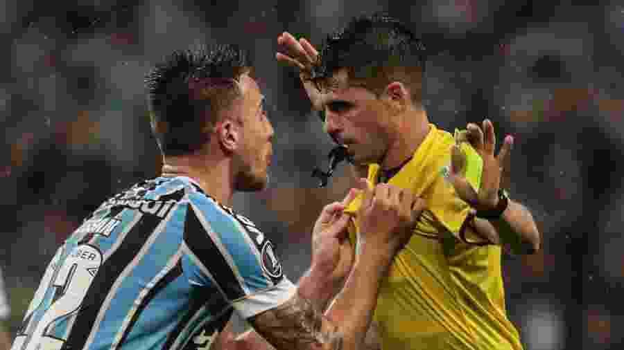 Bressan, do Grêmio, discute com o árbitro Andrés Cunha após pênalti marcada com a ajuda do VAR - Antonio Lacerda/EFE