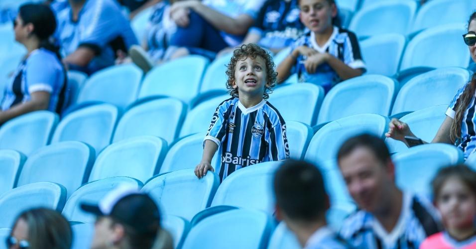Torcedor do Grêmio espera pelo jogo contra o Vasco pelo Campeonato Brasileiro 2018