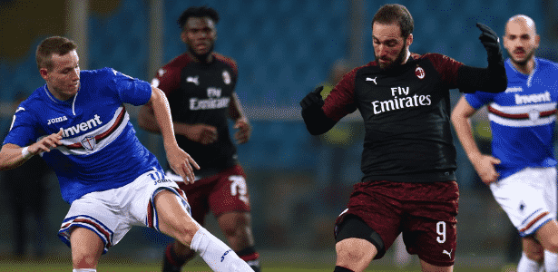 Higuaín, atacante do Milan, disputa bola com defensor da Sampdoria - Reprodução/Milan - Reprodução/Milan