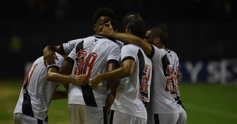 34b43d3e5bb58 Tenorio volta a sentir dores em treino do Vasco e está praticamente ...