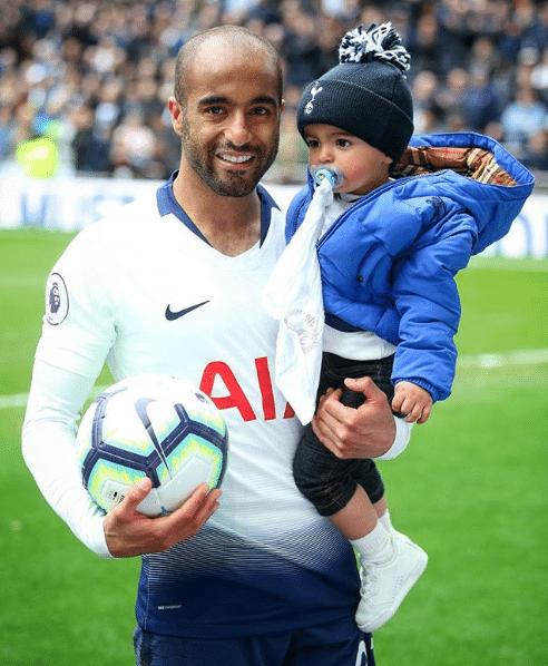 Lucas Moura e seu filho Miguel após vitória do Tottenham