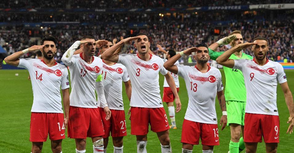 Jogadores turcos comemoram com saudação militar