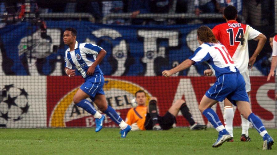 Carlos Alberto comemora gol pelo Porto na final da Liga dos Campeões de 2004 - Tony Marshall/EMPICS via Getty Images