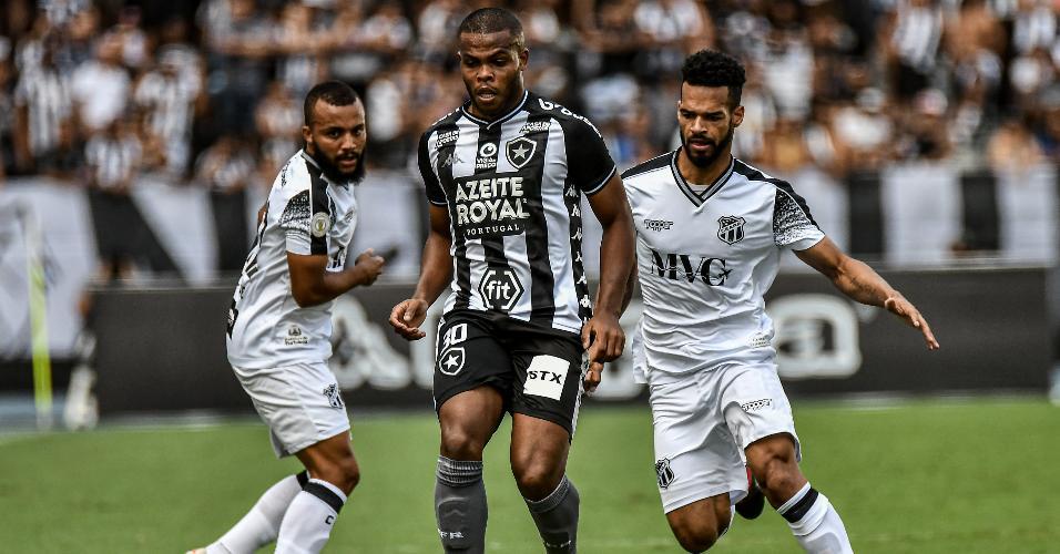 Jogadores de Botafogo e Ceará disputam a bola