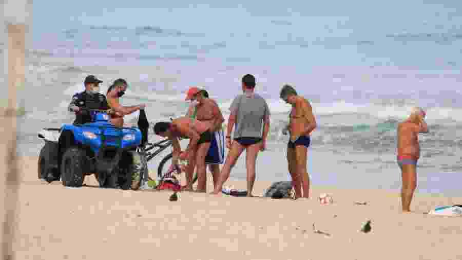 Renato Gaúcho é abordado por agente de fiscalização em praia no Rio de Janeiro - Agnews
