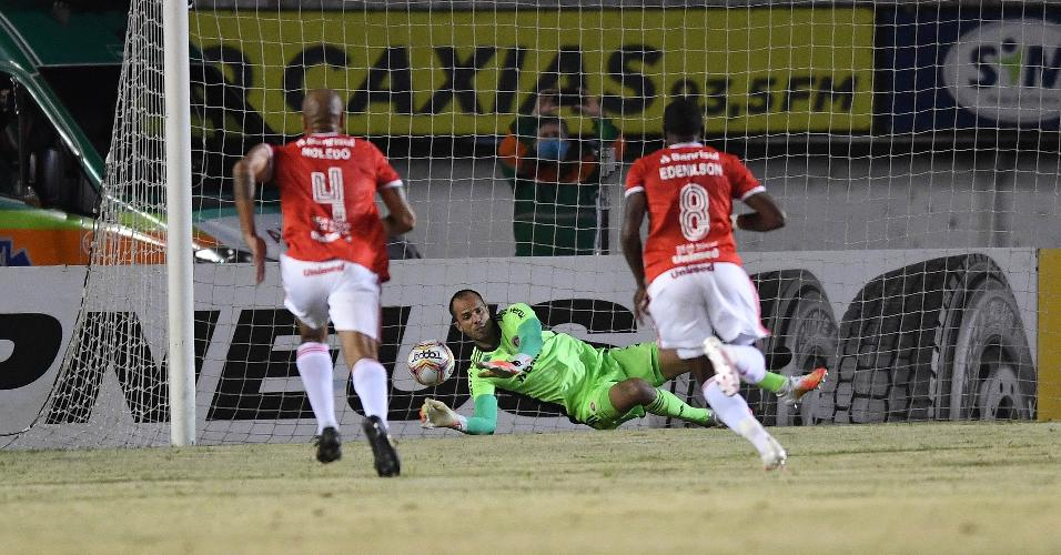 Marcelo Lomba, goleiro do Inter, defende pênalti de Everton Cebolinha no Gre-Nal pelo Gaúcho
