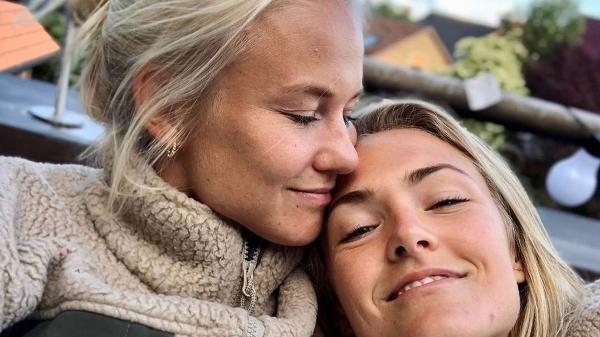 Pernille Harder e Magda Eriksson jogam juntas pelo time feminino do Chelsea