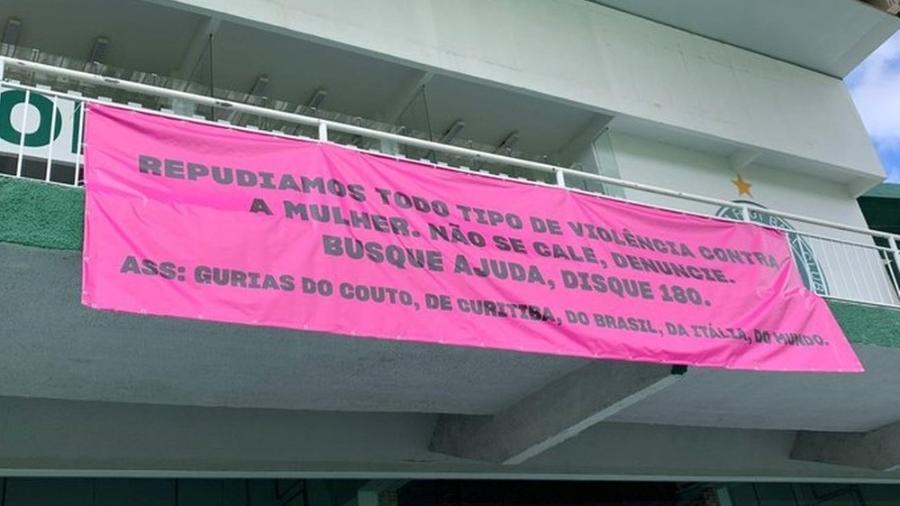 Torcida feminina do Coritiba estende faixa de protesto no Couto Pereira - Reprodução/Twitter/Gurias do Coxa