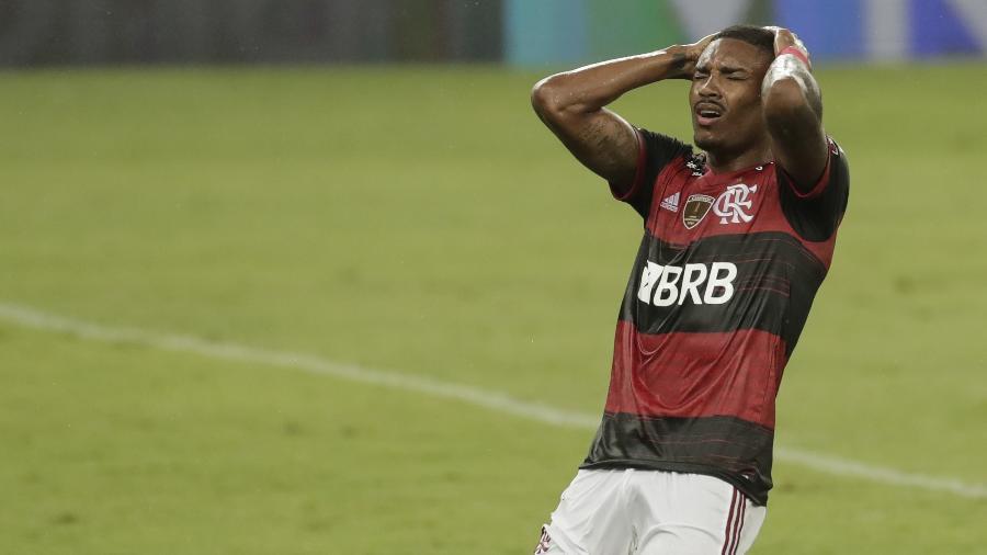 Vitinho lamenta na eliminação do Flamengo pelo Racing na Libertadores - ANTONIO LACERDA / POOL / AFP
