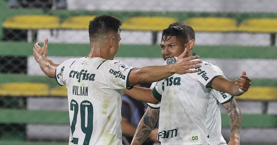 Rony e Willian comemoram o gol do Palmeiras contra o Defensa y Justicia