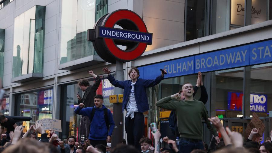 Torcedores ingleses protestam contra a criação da Superliga em Londres - REUTERS/Kevin Coombs