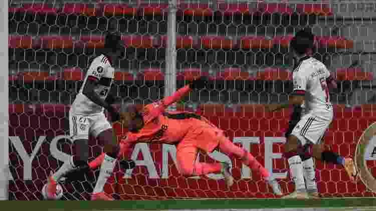 Willian Arão (dir.) acabou fazendo um gol contra na partida entre Flamengo e Unión La Calera no Chile - Pablo Sanhueza - Pool/Getty Images) - Pablo Sanhueza - Pool/Getty Images)