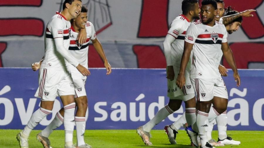 Jogadores do São Paulo comemoram o primeiro gol contra a Ferroviária - Marcello Zambrana/AGIF