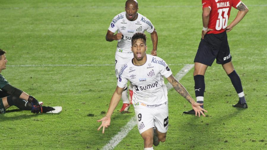 Kaio Jorge comemora gol marcado na vitória do Santos contra o Independiente, pela ida das oitavas da Sul-Americana - Fernanda Luz/AGIF