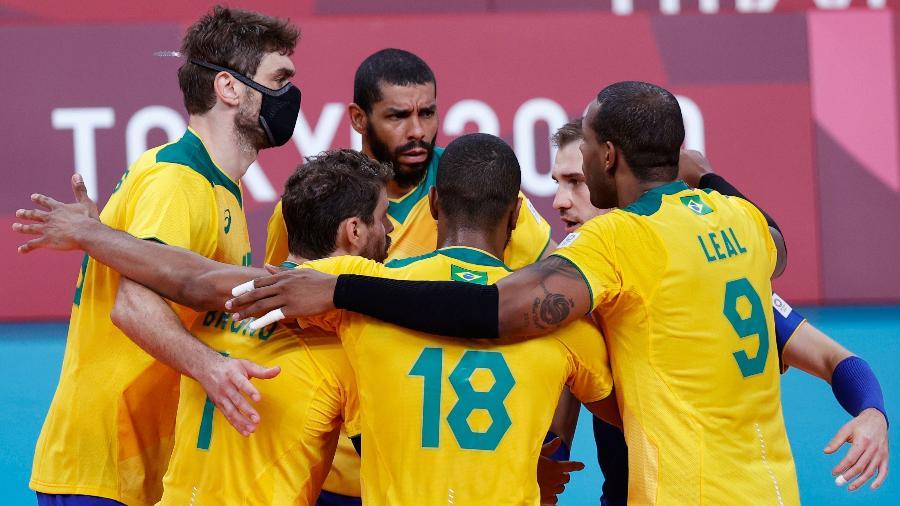 Jogadores da seleção brasileira comemoram ponto contra a Tunísia nas Olimpíadas de Tóquio - Valentyn Ogirenko/Reuters