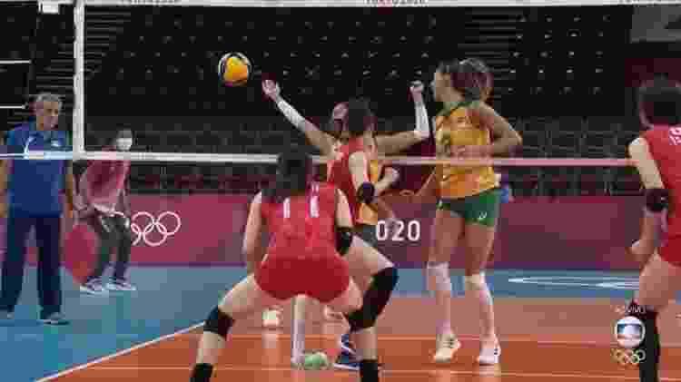 Macris pisou em falso com o pé direito e saiu chorando de quadra no duelo Brasil x Japão - Reprodução/TV Globo - Reprodução/TV Globo
