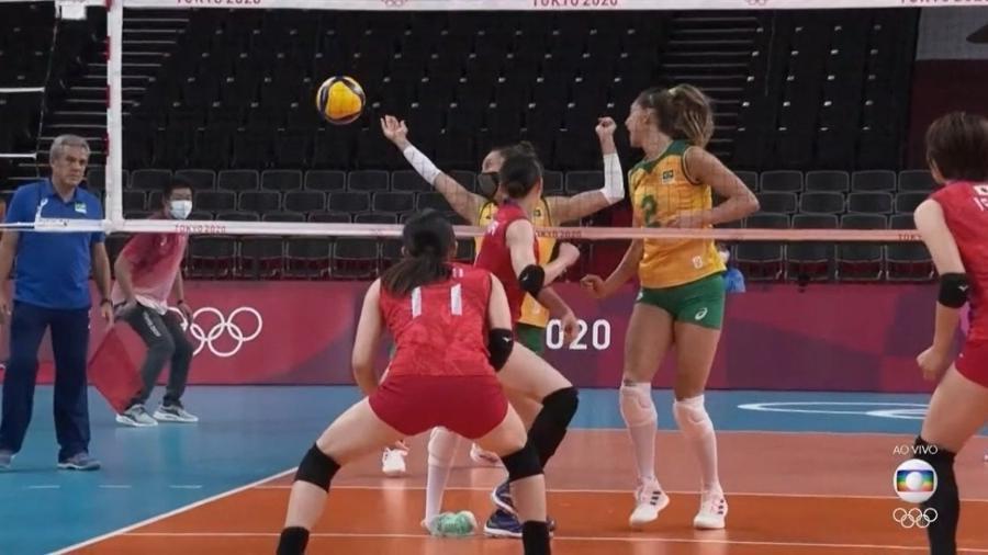 Macris pisou em falso com o pé direito e saiu chorando de quadra no duelo Brasil x Japão - Reprodução/TV Globo