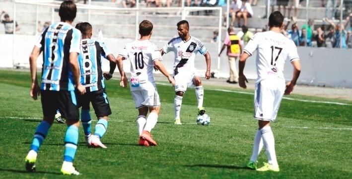 Jogadores de Ponte Preta e Grêmio em ação na partida válida pela 20ª rodada do Brasileirão