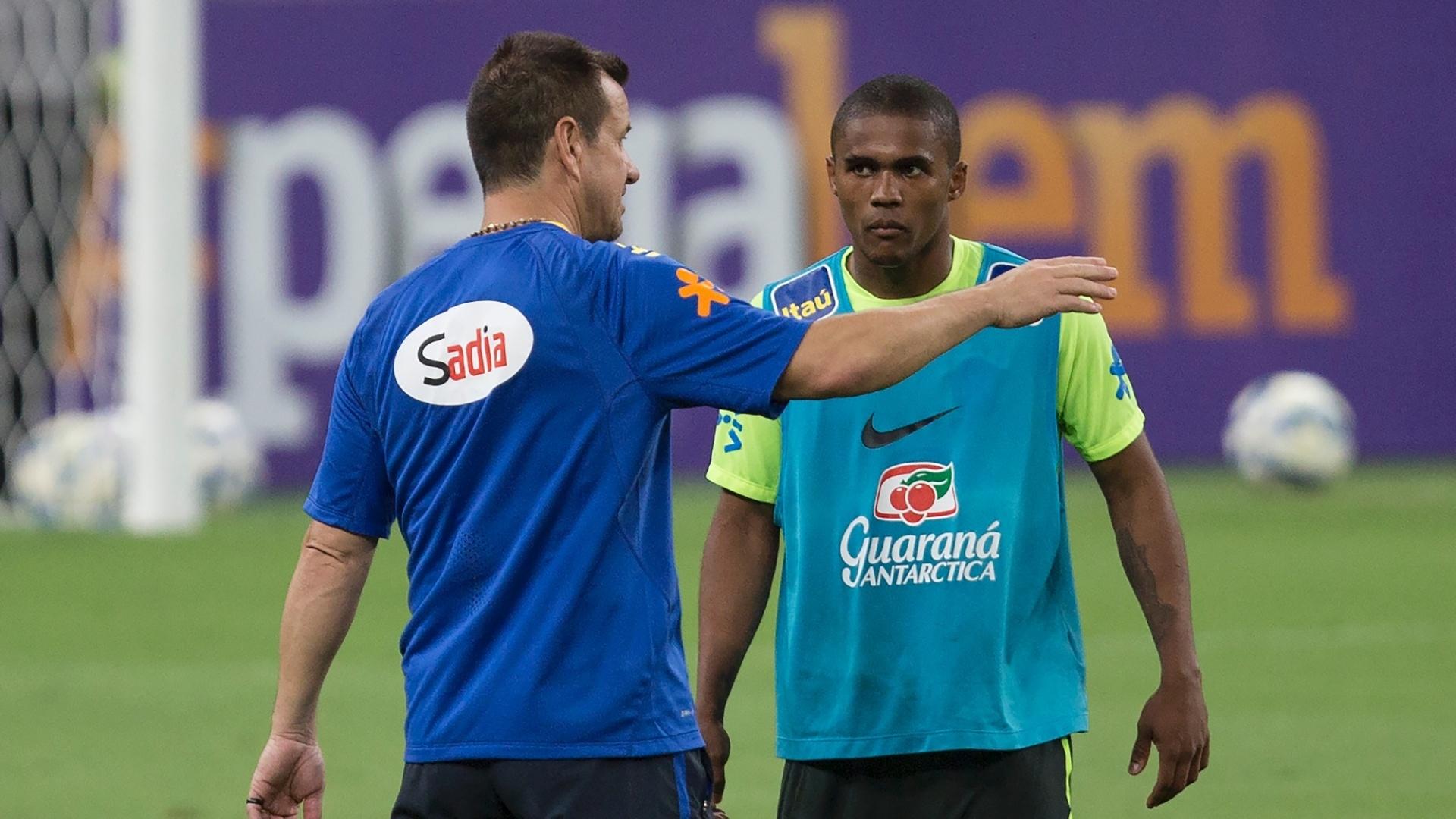 Dunga dá orientações para Douglas Costa durante treino da seleção