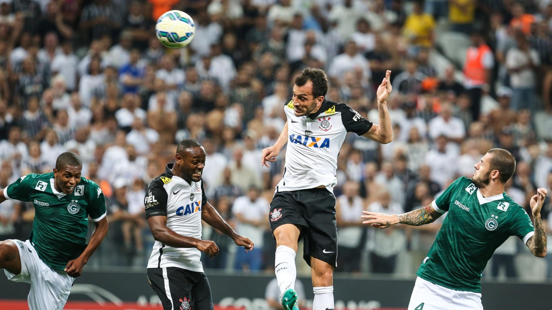Edu Dracena Marca o primeiro gol do Corinthians na partida contra o Goiás pela 30ª rodada do Campeonato Brasileiro