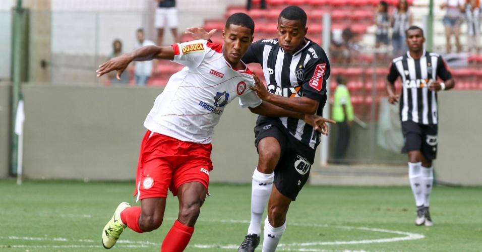 Robinho tenta fugir da marcação no duelo entre Atlético-MG e Tombense pelo  Campeonato Mineiro 8db90075e4898