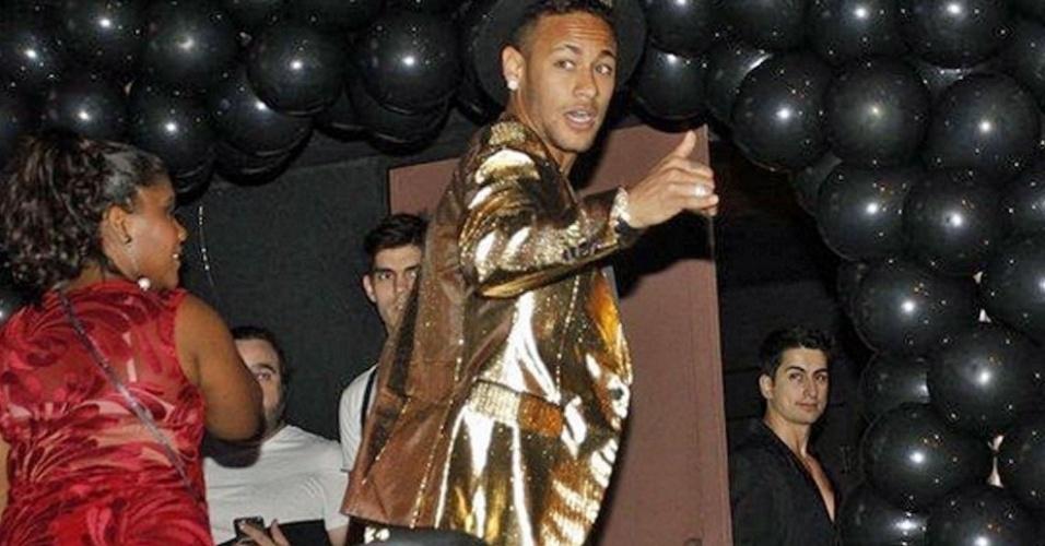Neymar, em palco da festa da irmã em uma badalada casa noturna de São Paulo