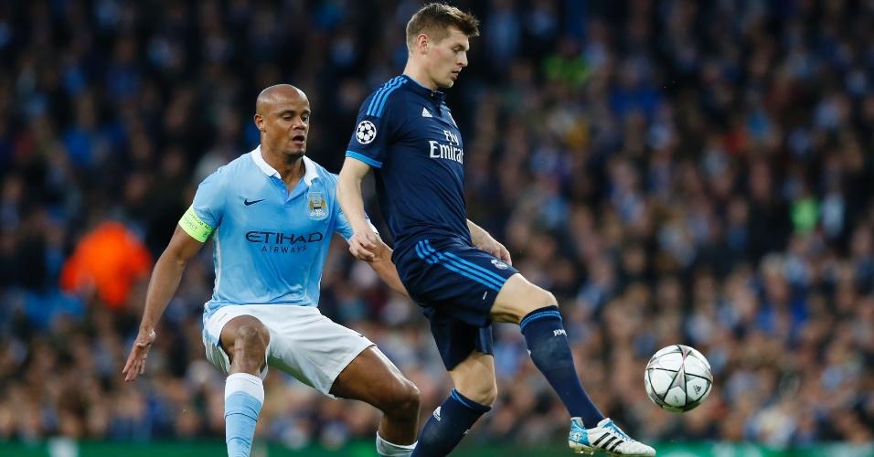 Kompany voltou de lesão e já assumiu braçadeira de capitão do Manchester City contra o Real Madrid pela Liga dos Campeões